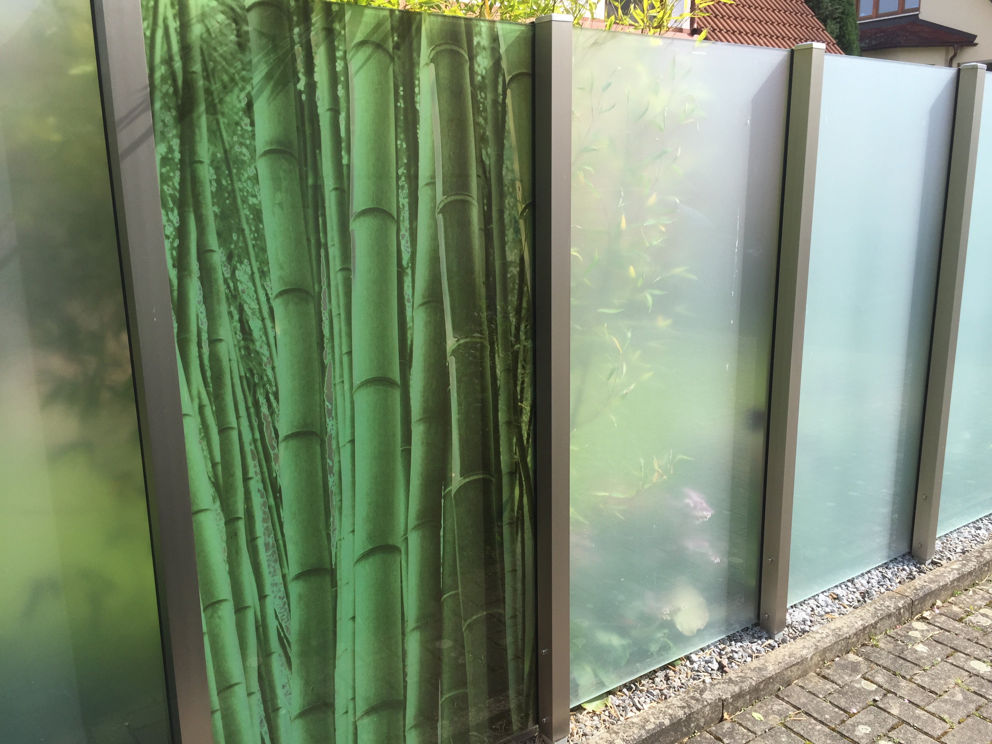 sichtschutzw nde aus glas intime orte mit stil. Black Bedroom Furniture Sets. Home Design Ideas